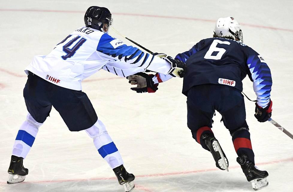 Jack Hughes (oik.) on ollut Kaapo Kakon edellä ennakkoveikkailuissa NHL:n kesän ykkösvaraukseksi. Kuva jääkiekon MM-kisojen ottelusta Suomi–Yhdysvallat.