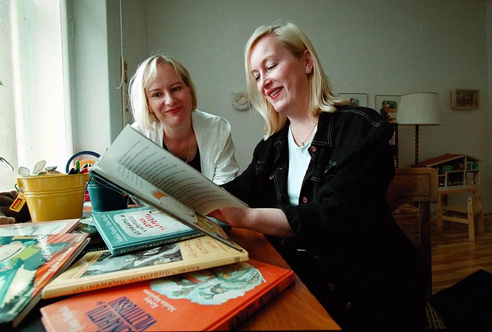 Lastenkirjailijat Sinikka ja Tiina Nopola vuonna 2000.