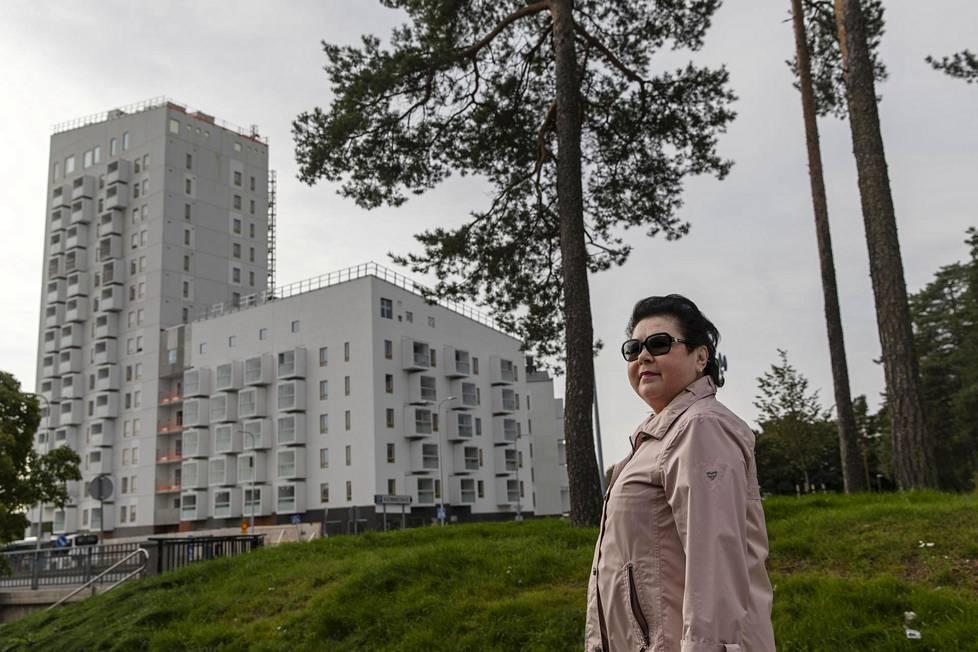 Helsingin Eirassa lapsuutensa viettänyt Marjaana Lehtinen, 72, kertoo viihtyvänsä erinomaisesti Kontulassa, mutta laajat tiivistämissuunnitelmat ja niiden luontovaikutukset huolettavat häntä. Taustalla Keinulaudantien varteen kohoavia uusia kerrostaloja.