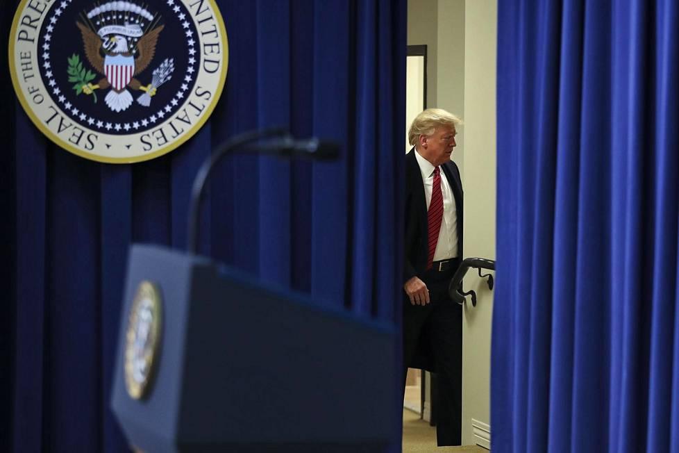 Donald Trump poistui Eisenhowerin toimistorakennuksesta puheensa jälkeen helmikuussa 2020 Washington D.C.:ssä.