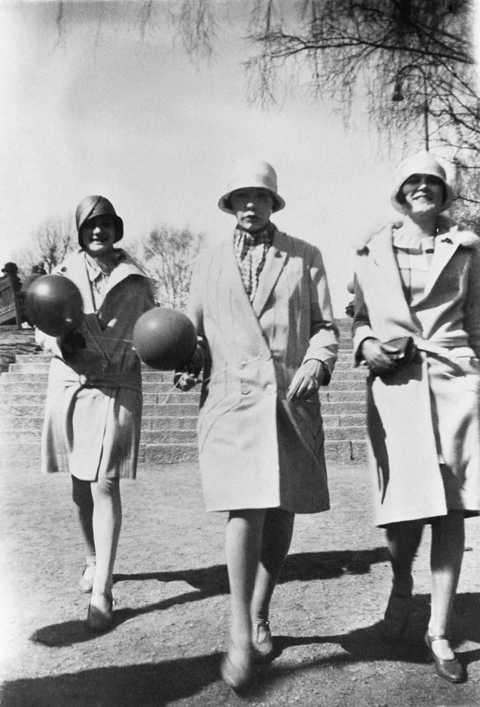 Kolme nuorta naista vappukävelyllä Kaivopuistossa vuonna 1928.