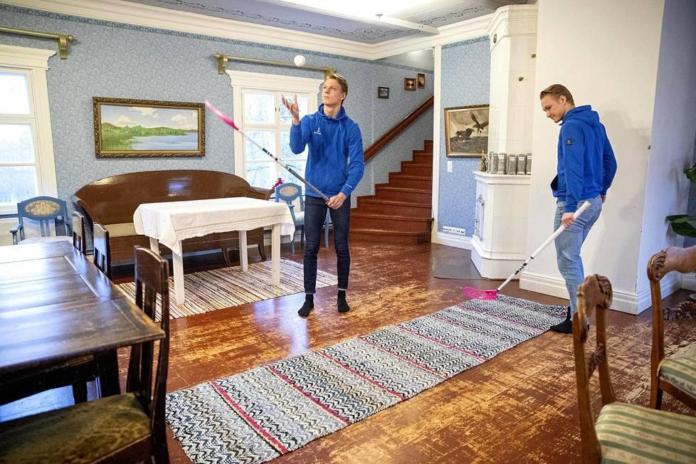 Kulunut lattia kertoo, että Vanhatalon veljekset Heikki (vasemmalla) ja Eero ovat pelanneet sählyä sisällä pikku pojasta lähtien. Taulutkin ovat ottaneet osumaa.
