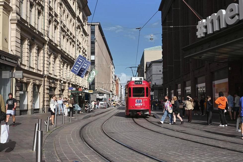 Historiallinen Aleksanterinkatu alkaa Stockmann-tavaratalon kulmalta.