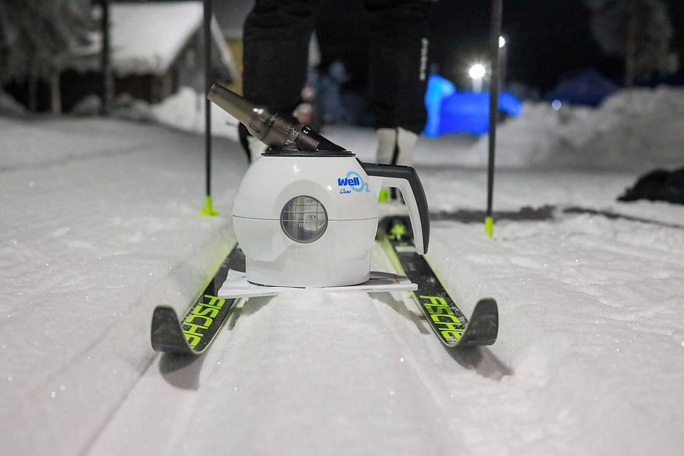 Höyryhengityslaite auttaa hiihtäjää selviytymään pakkaslenkin rasituksista.