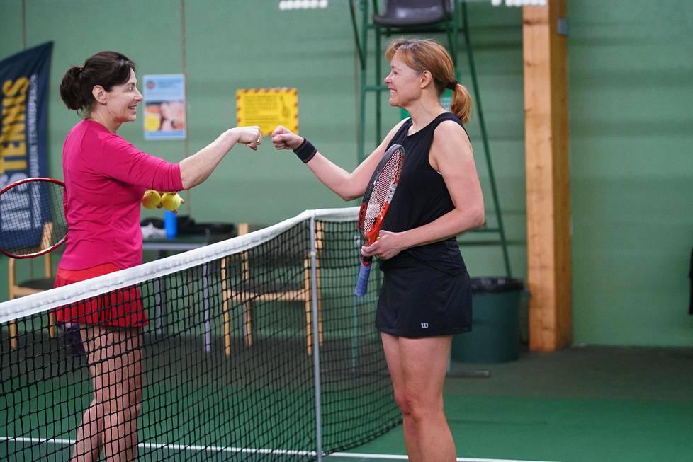 Inessa Watson (vas.) ja Heidi Blanz korvasivat pelin jälkeisen kättelyn nyrkkikosketuksella.