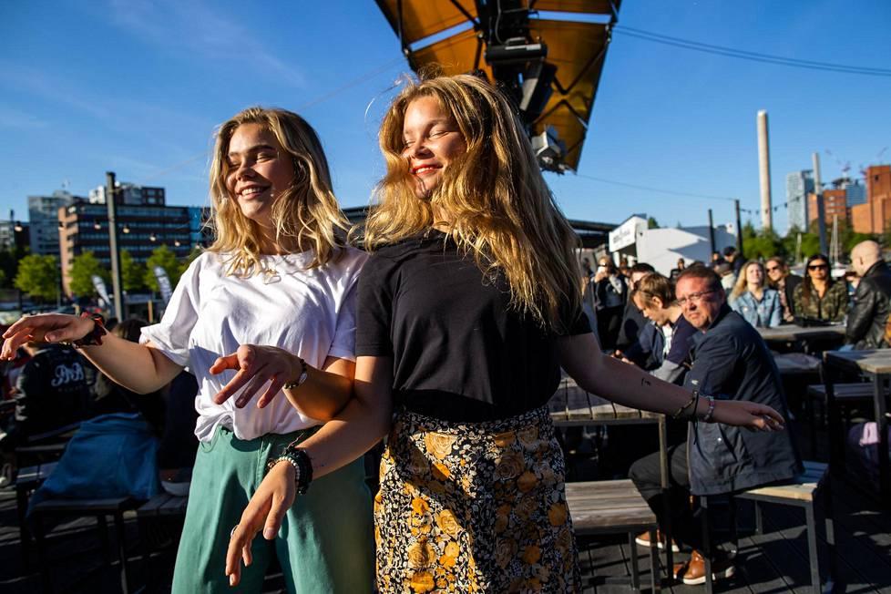 Eweliina Koponen (vas) ja Magdalena Koponen tanssivat Merikerho-baarin terassilla.