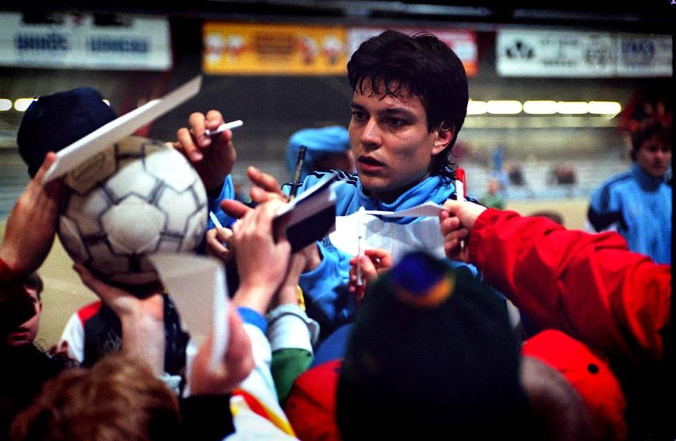 Maaliskuussa 1997 Jari Litmanen jakoi nimikirjoituksia maajoukkueen harjoitusten jälkeen.