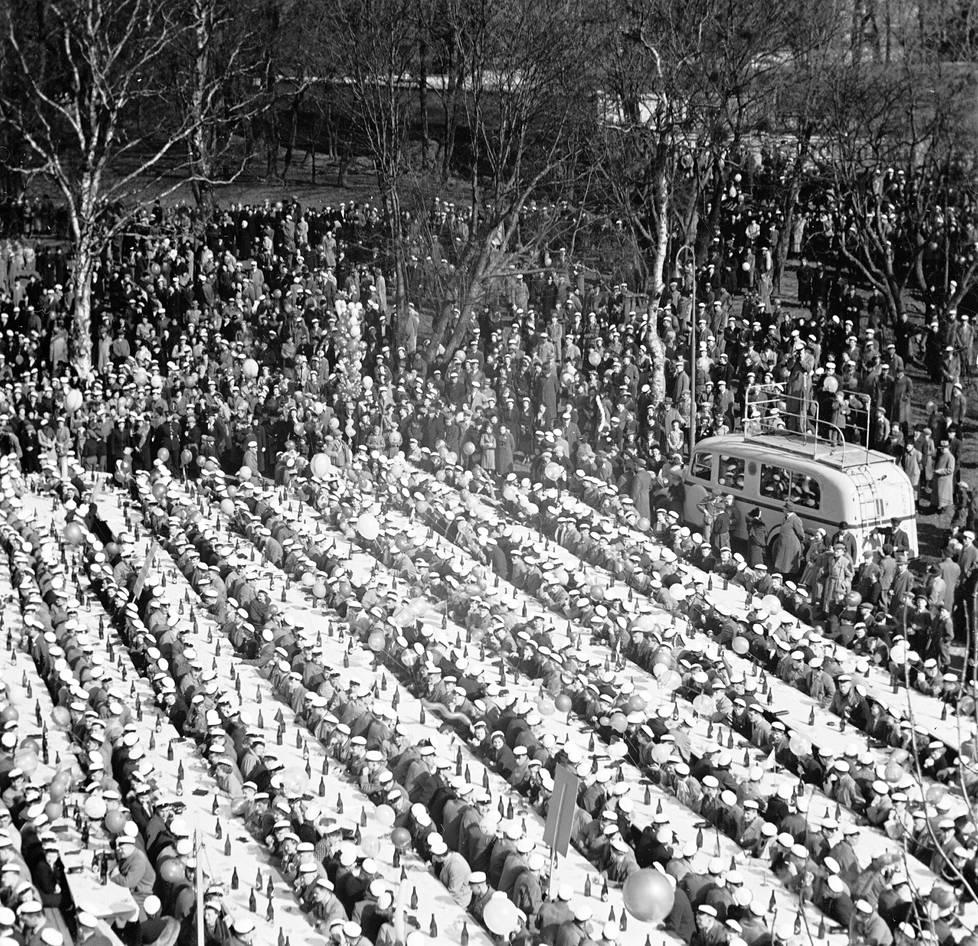 Ylioppilaiden vappujuhla Helsingin Kaivopuistossa vappupäivänä 1939.