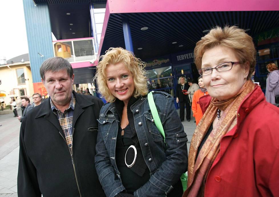 Matti, Hanna-Riikka ja Eva-Riitta Siitonen Uuden Iloisen Teatterin avajaisissa Linnanmäellä toukokuussa 2006. Siitosten laulajana ja näyttelijänä työskennellyt Hanna-Riikka-tytär kuoli kesällä 2018.