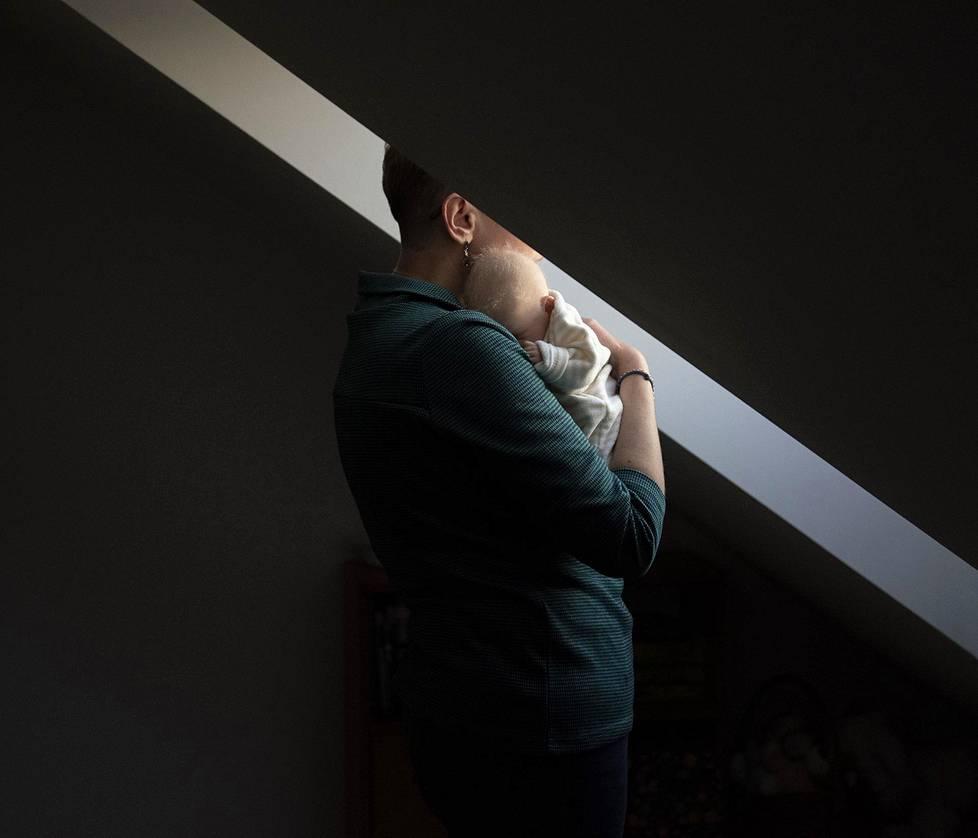Ewa pitelee nukkeaan Rzeszowissa Puolassa. Oman oikean vauvansa vuonna 2017 menettänyt Ewa laulaa nukelleen ja ostaa sille uusia vaatteita. Pitkäaikaiset projektit, 2. palkinto.