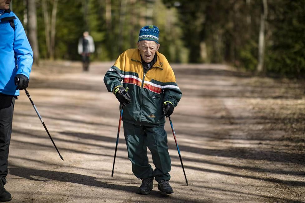 Aulis Lintusella on mittarissa 96 vuotta ja koettuna pari sotaa, mutta liikunnallisen elämäntavan ansiosta askel nousee yhä.