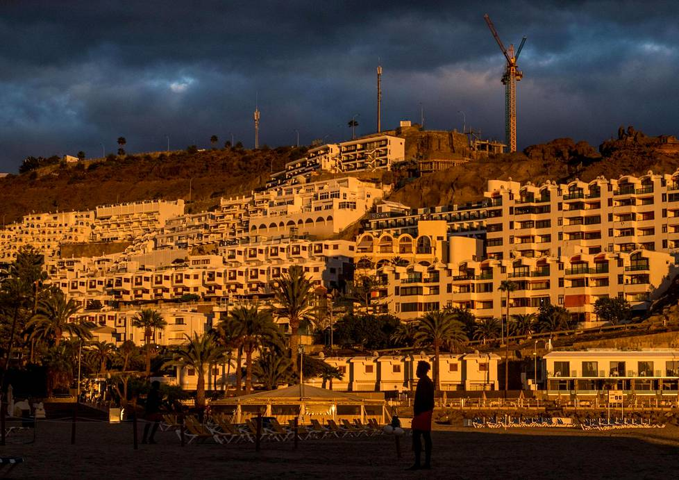 Hotels on the slopes surrounding Puerto Rico's beach are usually populated by tourists, but this year most will keep their doors closed.  A dozen hotels in the area have decided to temporarily accommodate asylum seekers.