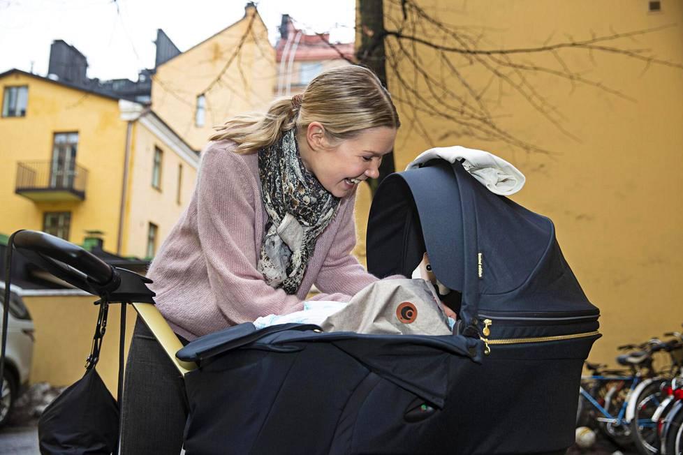 Toimittaja-juontaja Tuija Pehkonen viettää ensimmäistä äitienpäiväänsä. Hänen ja lumilautailija, tv-juontaja Eero Ettalan poika syntyi viime syksynä.