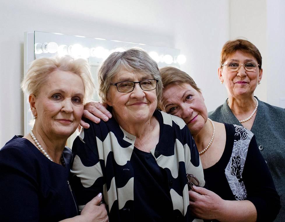 Aleksandra Kuzina, Orvokki Keisala, Ljudmila Bytškova ja Ljubov Pokrovskaja Venäjän television ykköskanavan studion takahuoneessa.