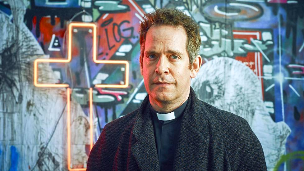 Pappi Adam (Tom Hollander) palasi ruutuun.