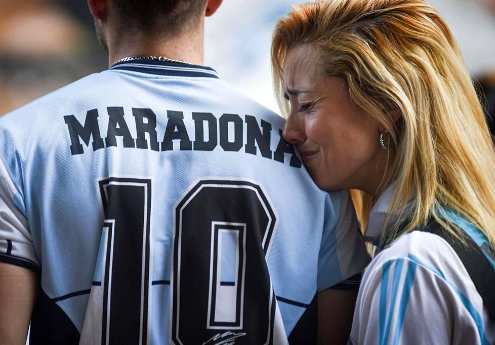 Ihmiset surivat Diego Maradonan kuolemaa Buenos Airesissa 25. marraskuuta.