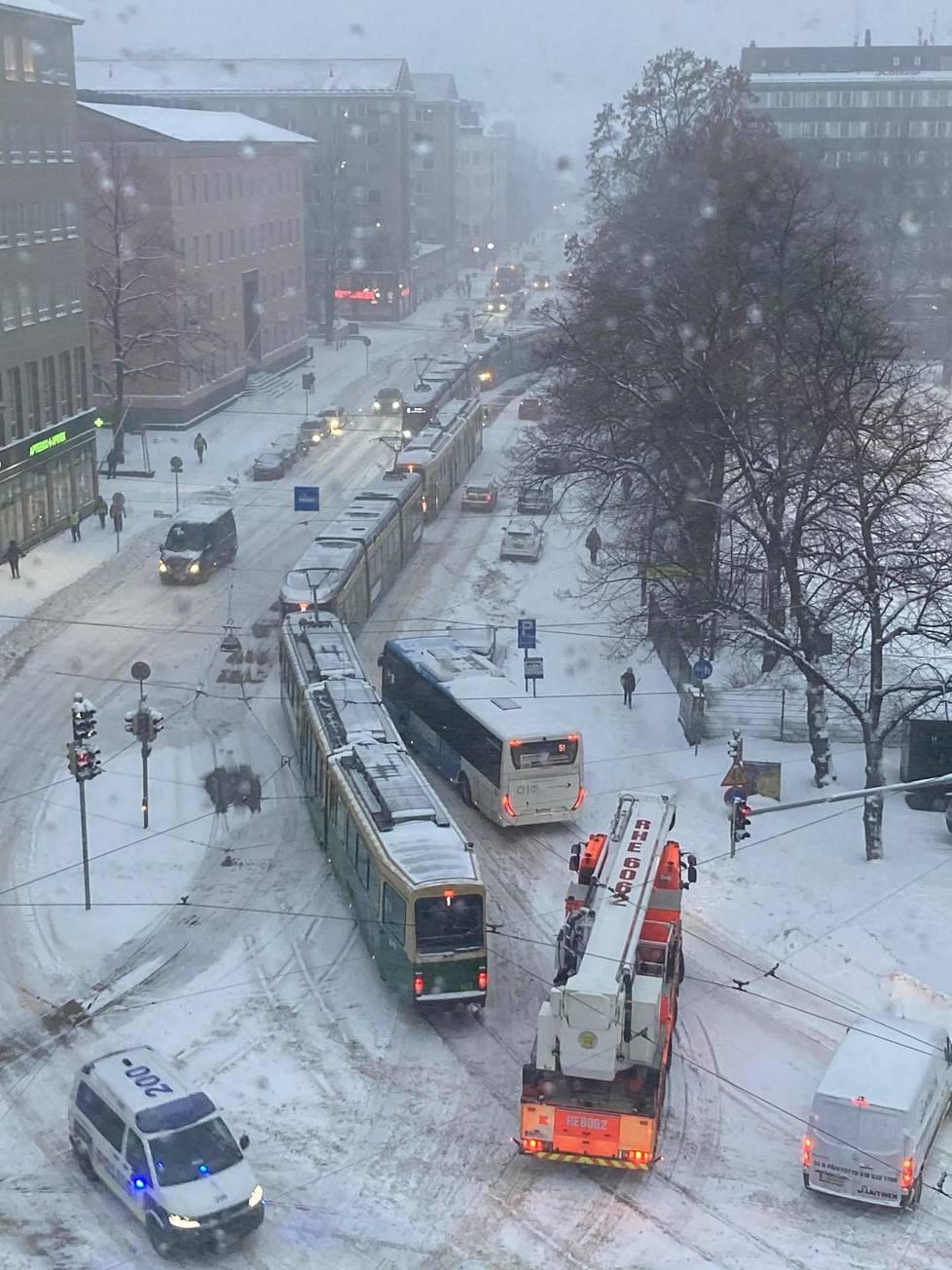 Raitiovaunut jumissa Helsinginkadulla lumimyrskyn takia.