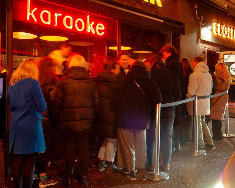 Ihmiset jonottivat Erottaja-baariin puoli kahden jälkeen lauantain vastaisena yönä.