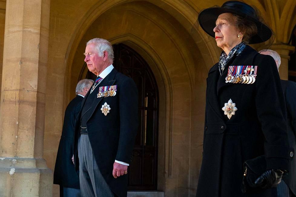 Prinssi Charles ja Prinsessa Anne, Charlesin sisar valmistautuvat osallistumaan prinssi Philipin hautajaissaattueeseen Windsorissa.
