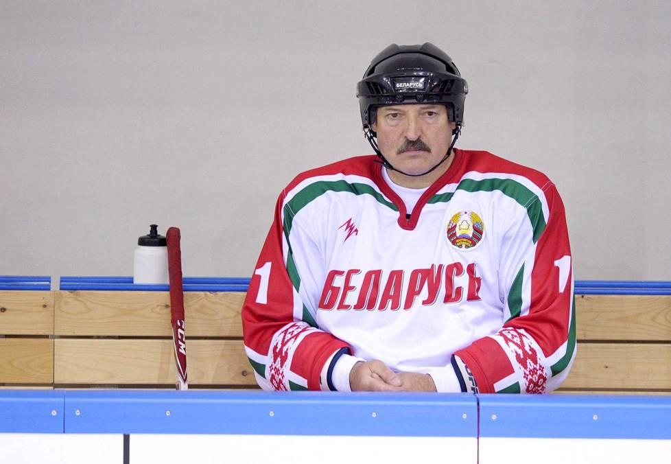 Valko-Venäjän johtaja Aljaksandr Lukašenka osallistui näytösotteluun vuonna 2014, kun MM-kisat viimeksi pelattiin Valko-Venäjällä.