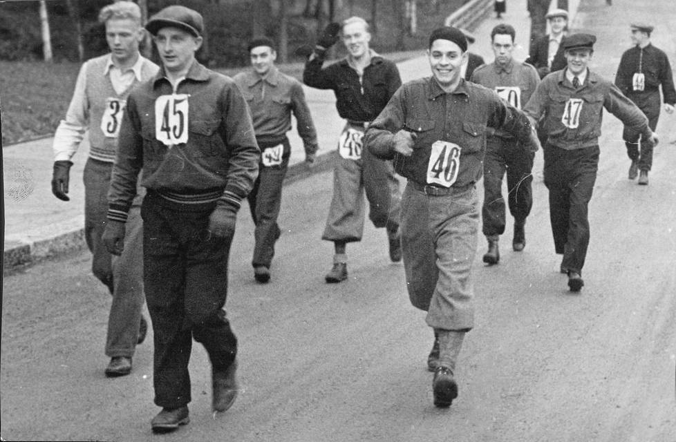 Vuonna 1941 järjestettiin kävelykilpailu Ruotsin ja Suomen kesken. Tapahtumaa kutsuttiin maaottelumarssiksi. Juosta ei saanut, mutta kovakuntoiset kävelivät varsin ripeästi.
