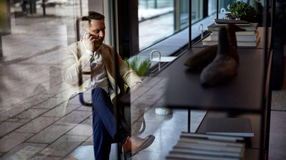 Jos ennen piti pankkitapaamiseen pukeutua parhaimpiinsa, kiinnostaa nykyisin asiakasta ja pankin virkailijaa enemmänkin se, että yhteydet toimivat sujuvasti.