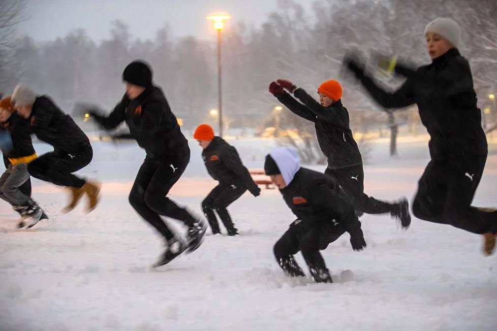 Esport Oilersin 13-vuotiaiden salibandyjoukkue harjoitteli Toini-myrskystä huolimatta.