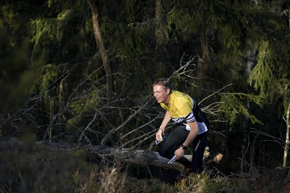 Petri Savilahti suunnisti huhtikuun lopulla Siuntion maastoissa. Aika ja kuljettu reitti tallentui ranteessa kulkevaan gps-laitteeseen.