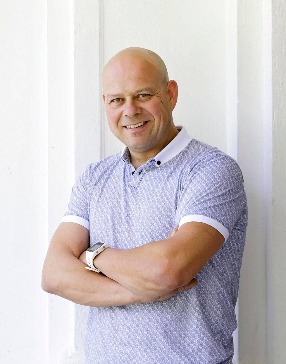 Raimo Sulkava, 47, on grynderi ja kiinteistösijoittaja, joka rakennuttaa ullakkohuoneistoja Helsingin keskustaan sekä rivi- ja luhtitaloja ympäri maata. Koulutukseltaan hän on rakennusmestari.