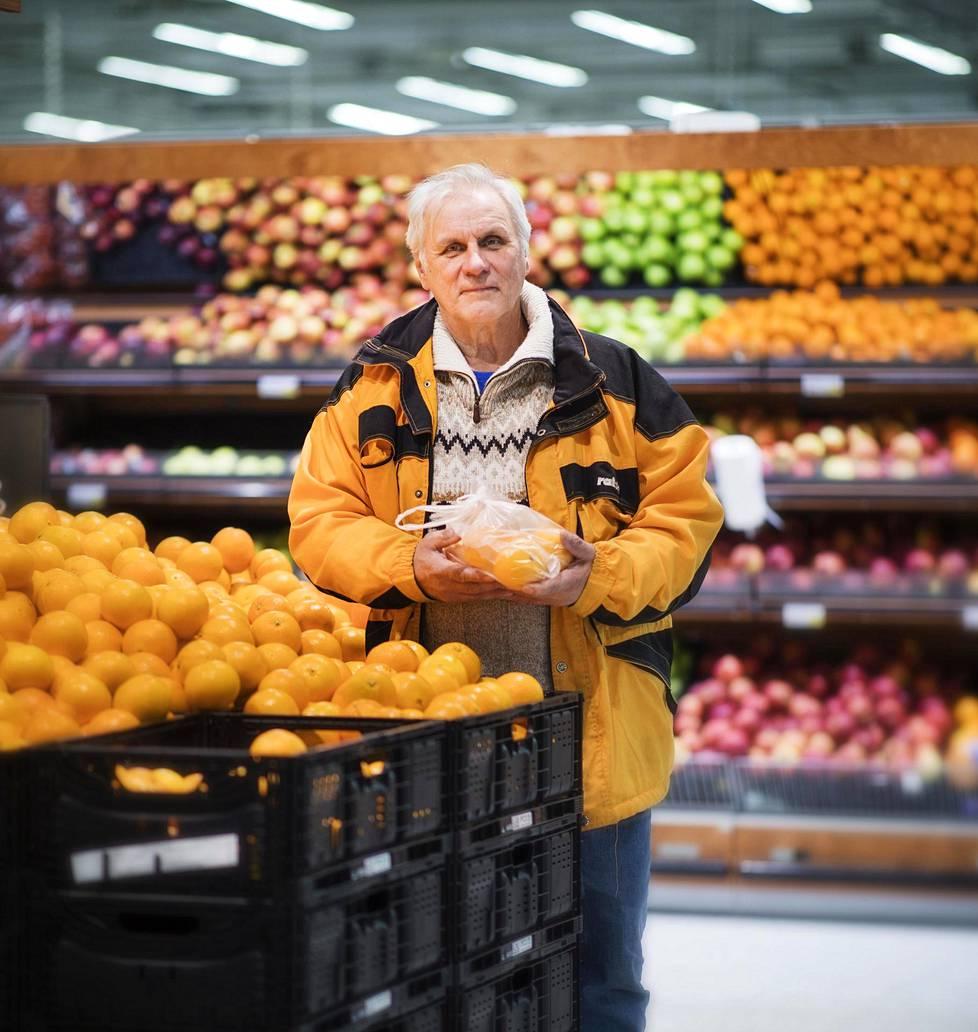 Heikki Mäenpää osti appelsiineja terveyden takia mutta mietti, mikä järki on tuottaa niitä tänne tuhansien kilometrien päästä.