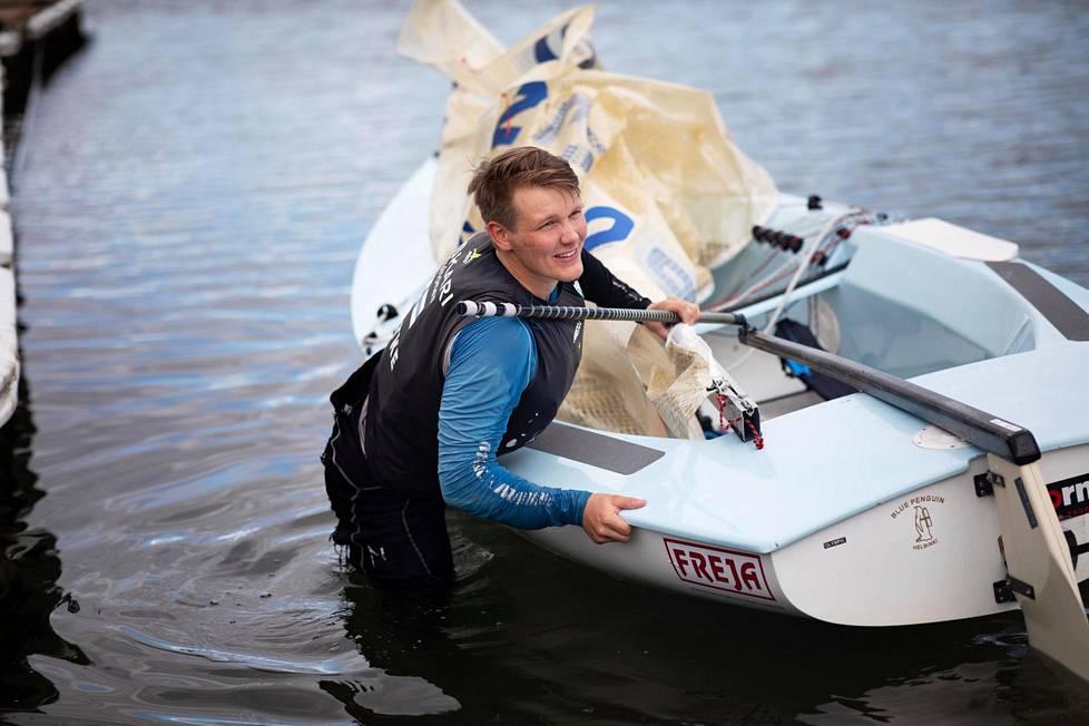 """Oskari Muhonen on käynyt keväällä neljä kertaa viikossa purjehtimassa. Kun ilmat lämpenevät harjoitusmäärä kasvaa. """"Lisäksi treenaan paljon fysiikkaa ja rullahiihtoa."""""""