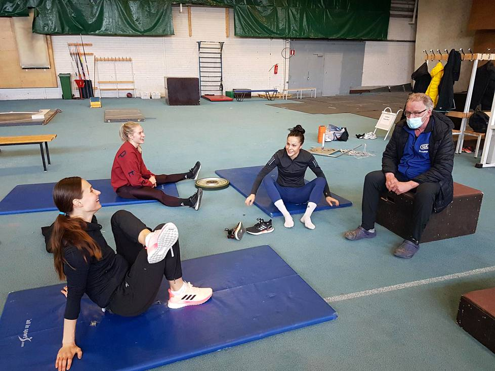 During the week, Matti Liimatainen held a meeting with his coaches Miia Sillman (left) Julia Enarv and Maria Huntigton in Pirkka Hall in Tampere.