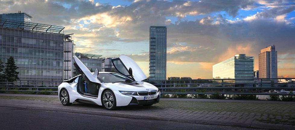 BMW i8 vangitsee katseen erottuvalla muotoilullaan. Muutenkin huomiota herättävään ulkokuoreen on saatu lisähuomiota ovista, jotka aukeavat ylöspäin.