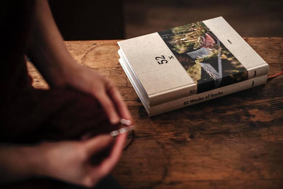 """Suomessa """"neuleskene"""" on jakautunut kahtia, kertovat Sini Kramer ja Jonna Hietala: """"Suuri osa neuloo sukkia Novitan langoilla, ja pienempi hardcore-harrastajien joukko on kiinnostunut uusista tekniikoista ja materiaaleista."""". Laine-media on aloittanut myös käsityöhön keskittyvän kirjakustantamisen, ja ensimmäinen kirja on juuri ilmestynyt."""
