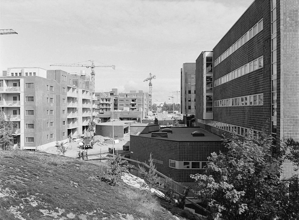 Kuva on otettu kesäkuussa 1982, kun Länsi-Pasilaa rakennettiin. Oikealla Pasilankatu 2.
