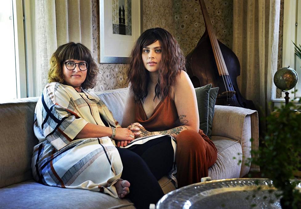 Äiti ja tytär. Kun Sara Forsberg julkaisi netissä  suositun kielivideonsa, Tea-äidiltäkin pyydettiin haastatteluja.
