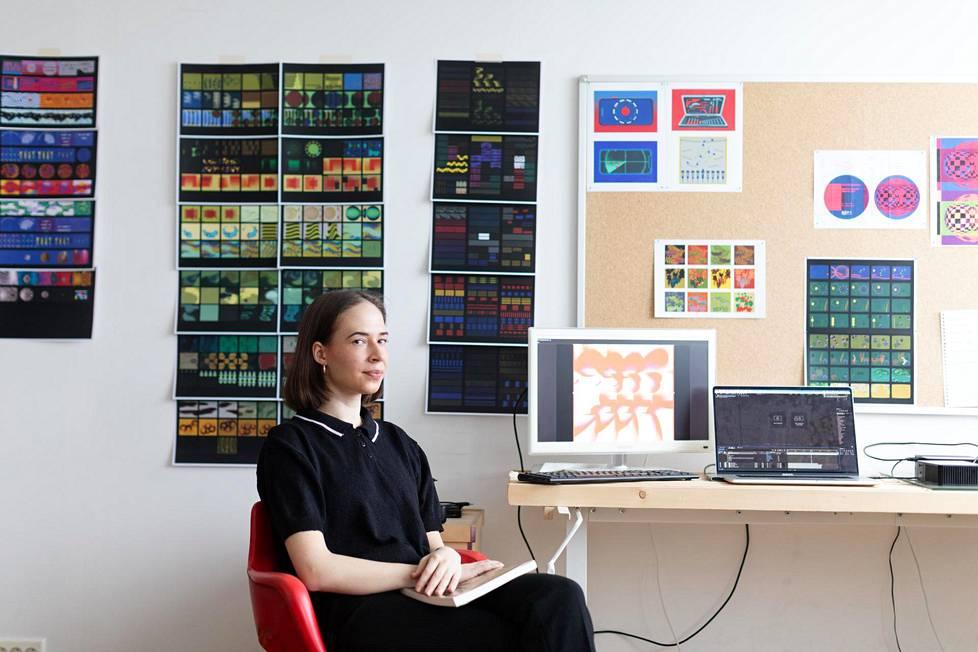 Videotaiteilija Irene Suosalo on onnekseen huomannut viimeisen kahden vuoden aikana, että taiteessakin elannon voi saada tekemällä monenlaisia, toisistaan poikkeaviakin töitä. Nykyään myös kansainväliset muotitalot ja -näyttelyt tekevät yhteistyötä taiteilijoiden kanssa.