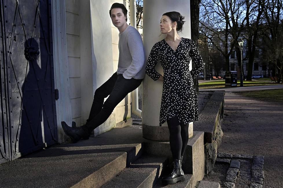 Poika ja äiti. Johannes Brotherus on näyttelijä ja muusikko, Hanna Brotherus on koreografi. Molemmat asuvat Helsingissä.