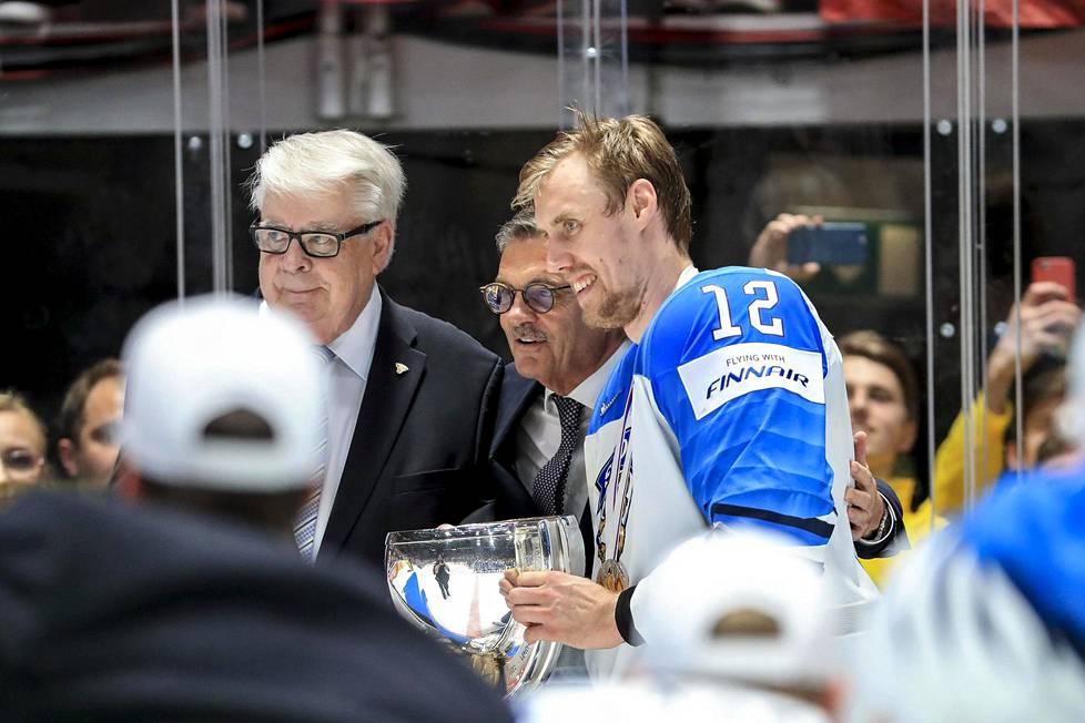Suomen maajoukkue juhli jääkiekon maailmanmestaruutta Bratislavassa, Slovakiassa 2019. MM-pokaalin kanssa Kalervo Kummola, René Fasel ja Suomen kapteeni Marko Anttila.