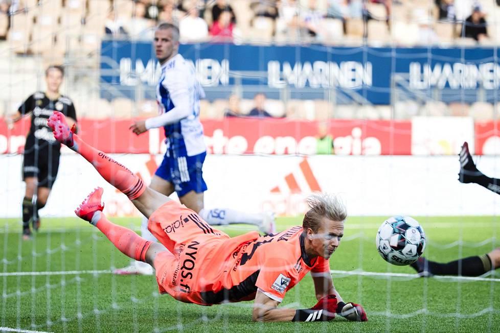 Maalivahti Walter Viitala katsoi, kun pallo painui Roope Riskin (taustalla) ohjauksesta verkkoon.