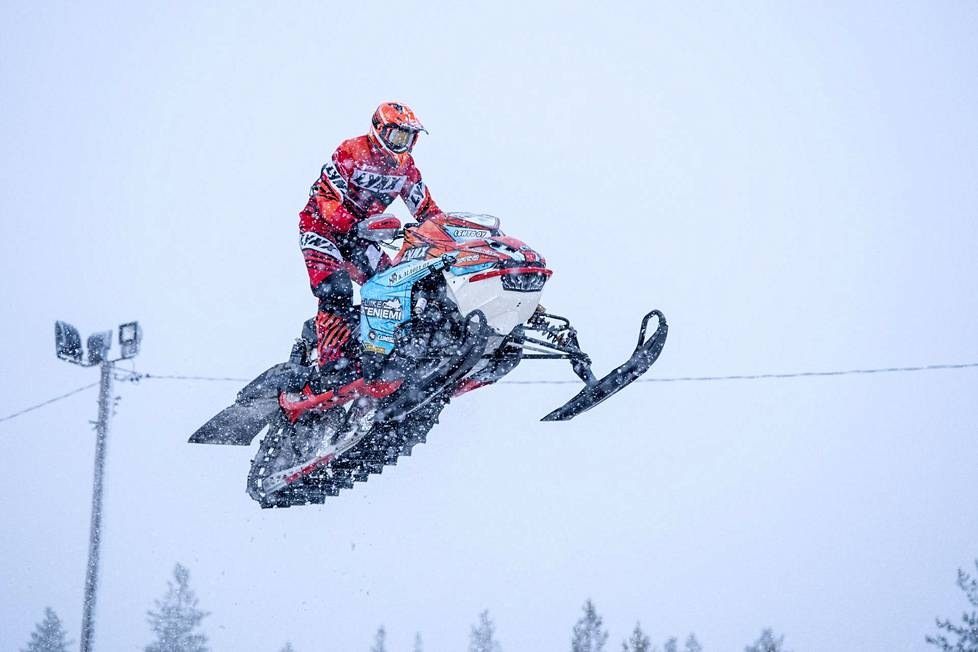 Aki Pihlaja harjoitteli Rovaniemellä viikonlopun moottorikelkkailun snowcrossin MM-kisaa varten.