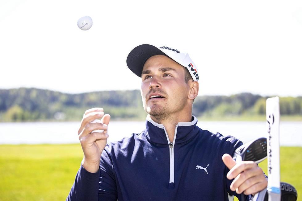"""Kim Koivu harjoittelee lähes päivittäin Kytäjän golfkentällä. """"Mitä kovempaa treenaa, sitä sen enemmän se kasvattaa."""""""