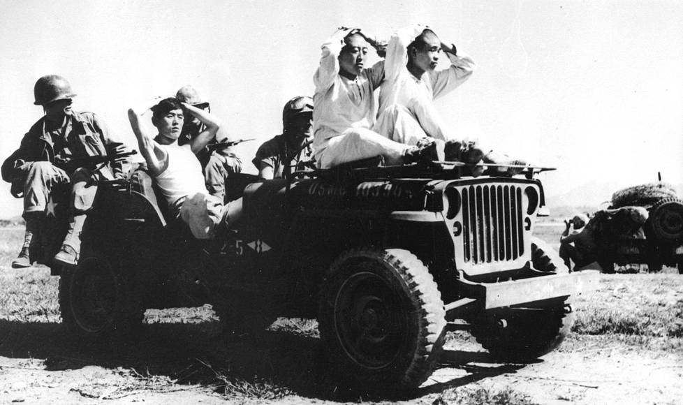 Amerikkalaissotilaat kuljettivat pohjoiskorealaisia sotavankeja lokakuussa 1950.