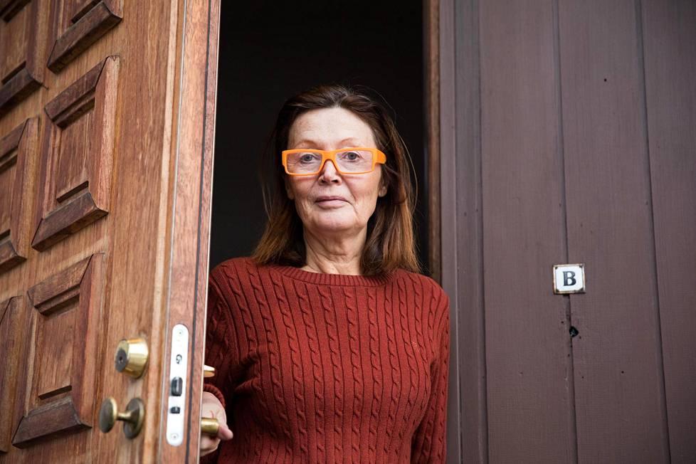 Imme Hartiala asuu Spede Pasasen entisessä kodissa Helsingin Lauttasaaressa. Hän on ilmiriidassa kahden osakkaan kanssa, ja nyt kiista on hovioikeudessa.