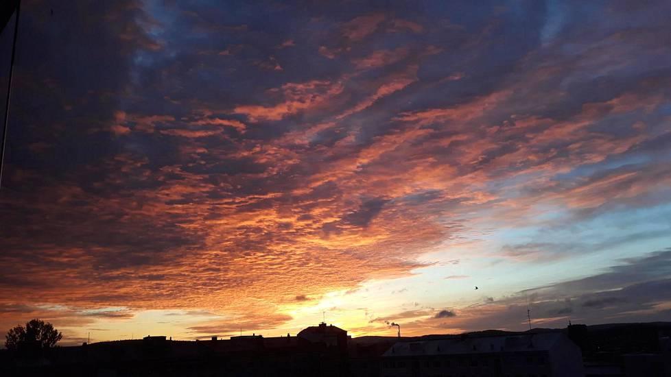 Myös aamuaurinko värjäsi taivaan. Tiistain auringonnousu Jyväskylässä klo 06.53.