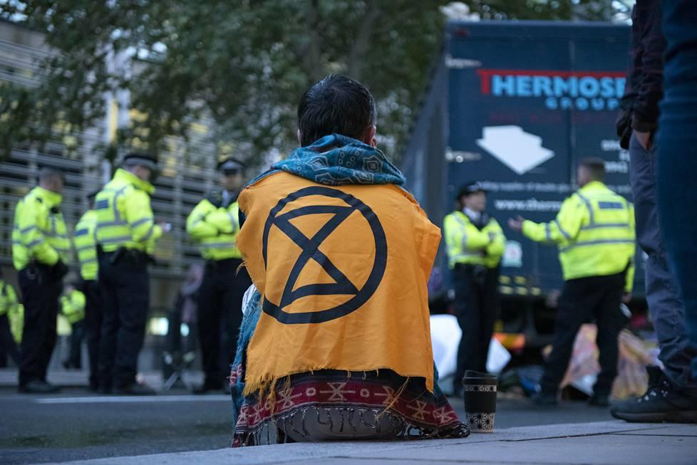 Poliisit olivat näkyvästi kaduilla läsnä, kun Elokapina aloitti toisen mielenosoituspäivänsä Lontoossa tiistaina.