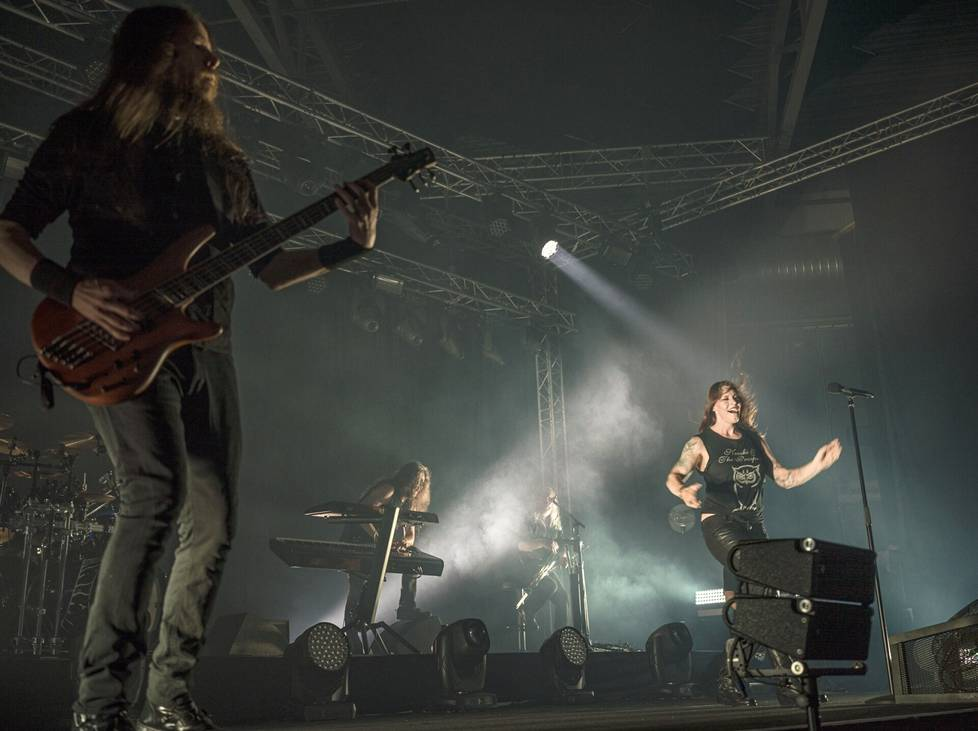 Nightwishin basistina toimii ainakin kesän keikkojen ajan Jukka Koskinen (vas.), joka tuli yhtyeeseen Marco Hietalan tilalle.