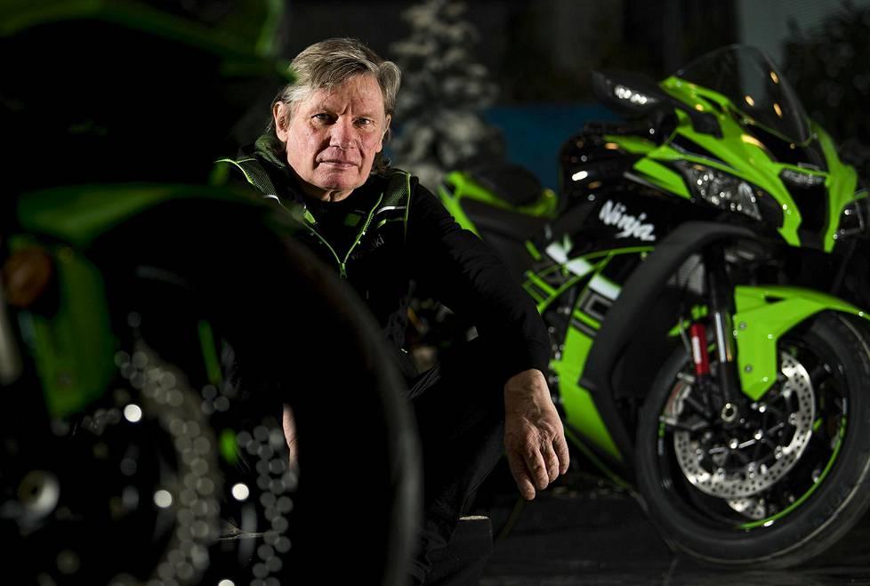 """Arto Nyqvist oli menestyksekäs motocross-kuljettaja, mutta menetti lisenssinsä ajettuaan vuonna 1978 kilpailussa selkä edellä. Ura stunt-ajajana alkoi tämän jälkeen, kun Nyqvist temppuili huvikseen pyörällään kilpailun varikkoalueella, ja katsojat innostuivat. """"Niistä seikkailuista voi kertoa lapsenlapsille, jotka ajattelevat, että pappa on ihan sekaisin."""""""