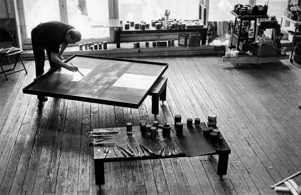 Ad Reinhard ateljeessaan vuonna 1962.