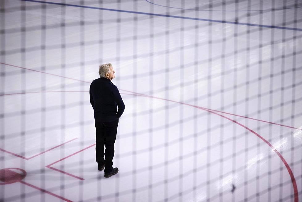 Espoon jääurheilun tuen toiminnanjohtaja Jari Nyberg seisoi koronarajoitusten takia tyhjänä olevan Espoon Leppävaaran Warrior-areenan jäällä.